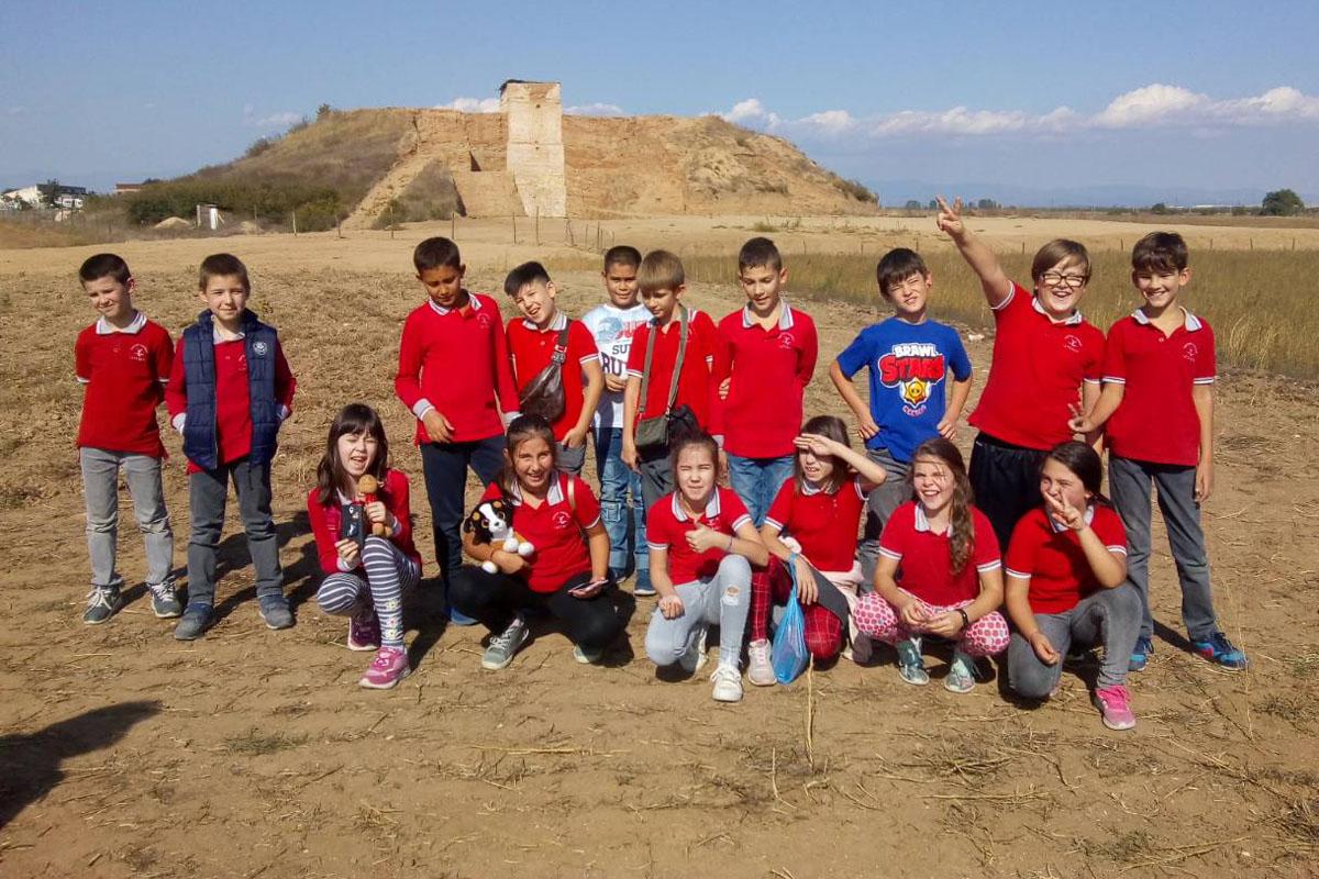 Малки археолози